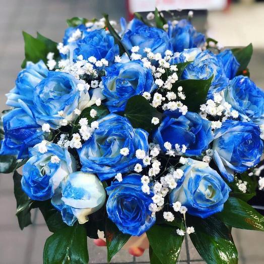 Коробка из синих роз  и ароматной гипсофилы: букеты цветов на заказ Flowwow