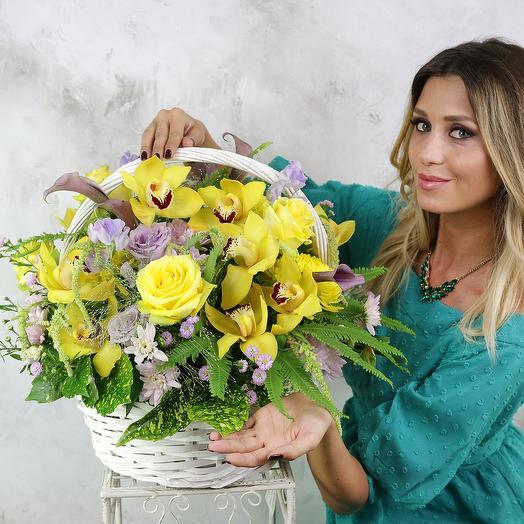 Композиция Близнецам из орхидей, роз и зелени в корзине