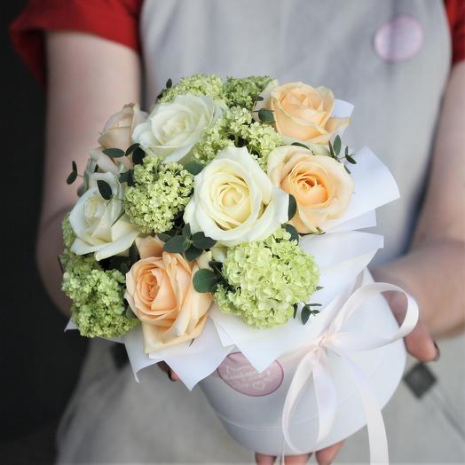 Комплимент в коробке: белые с персиковые розы с вибурнумом: букеты цветов на заказ Flowwow