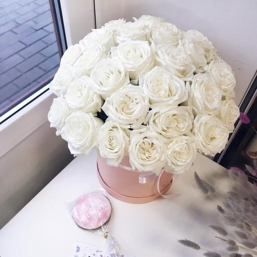 Цилиндр с белоснежными розами: букеты цветов на заказ Flowwow