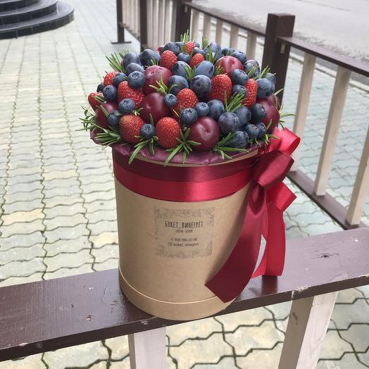 Шляпная коробочка с ягодами: букеты цветов на заказ Flowwow
