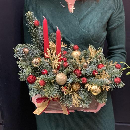 Новогодняя подарочная композиция со свечами: букеты цветов на заказ Flowwow