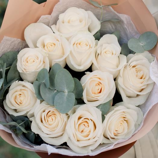 Букет из 11 белых роз (Эквадор) 50 см Vendela с эвкалиптом