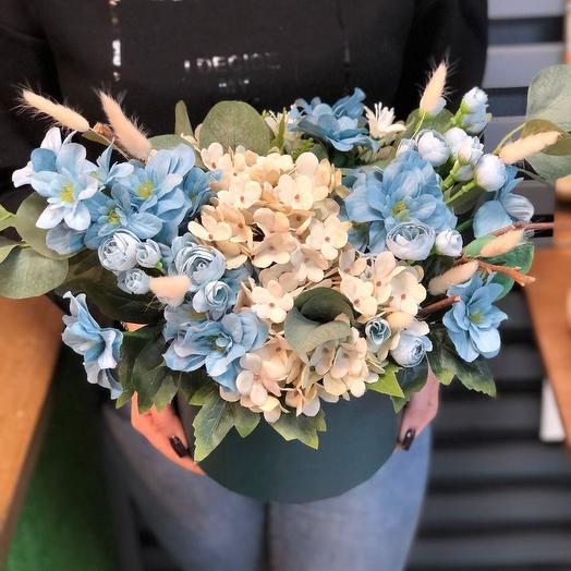 Композиция из искусственного цветка