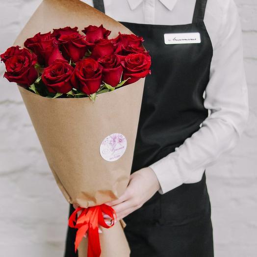 Букет из 15 роз в крафте красные