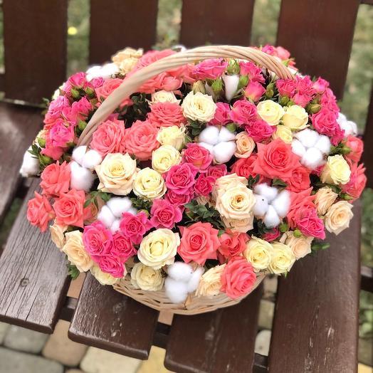 Корзина с кустовыми розами и хлопком
