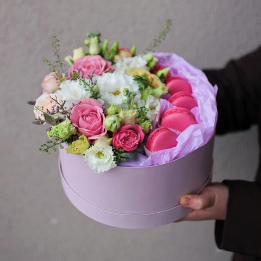Flowers in a top hat with macaroons