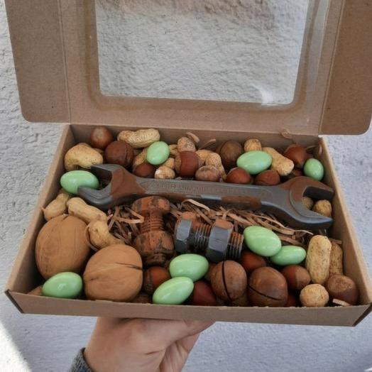 Шоколадный гаечный ключ с орехами и орешками в шоколаде