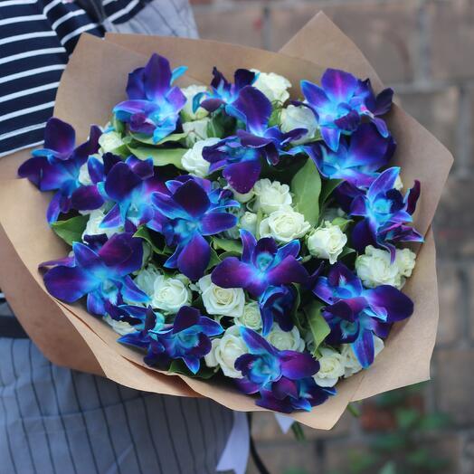 Букет синие орхидеи и белые кустовые розы