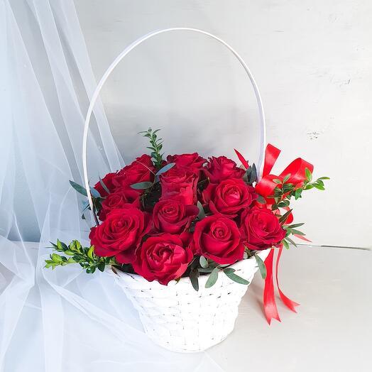 Корзина с красными розами и лентой