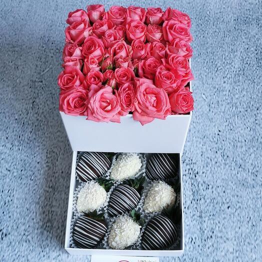 Шкатулка с кустовыми розами и клубникой в шоколаде