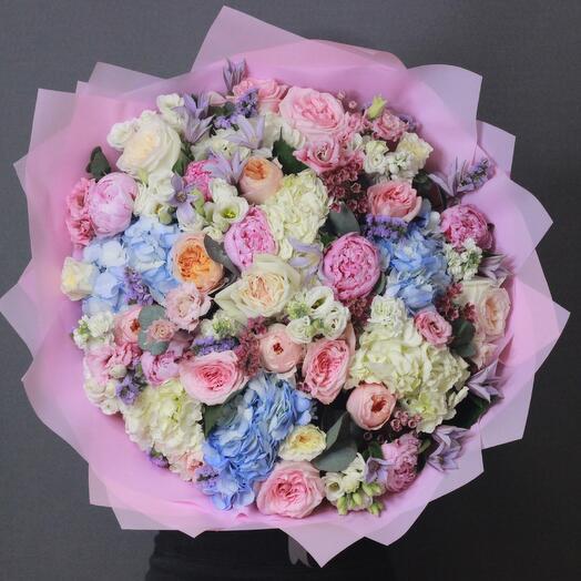 Роскошный букет ароматных цветов