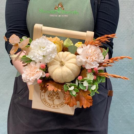 Осенняя Композиция в деревянном ящичке с тыквой, пионовидной розой и диантусом