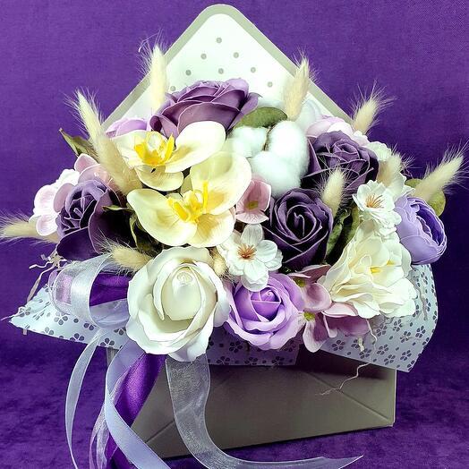 Фиолетовый конверт из мыльных роз и орхидей