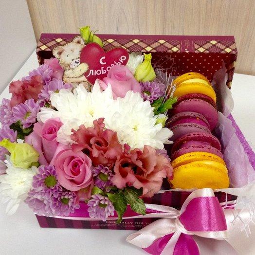 Коробка с цветами и macarons №5: букеты цветов на заказ Flowwow