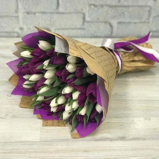 Букет из фиолетовых  и белых тюльпанов 49 шт N258: букеты цветов на заказ Flowwow