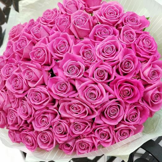 Шикарный букет из 51 розовой розы в дизайнерской упаковке: букеты цветов на заказ Flowwow