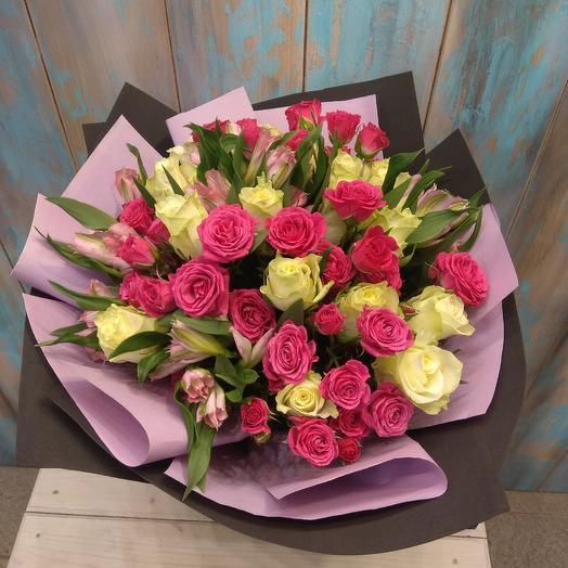 Букет из белой розы, кустовой розы и альстромерии: букеты цветов на заказ Flowwow