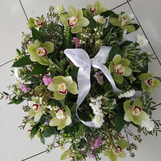 Стильная плетёная корзина с орхидеями и фрезией: букеты цветов на заказ Flowwow