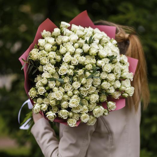 """Букет из """"51 белой кустовой розы с эвкалиптом"""""""
