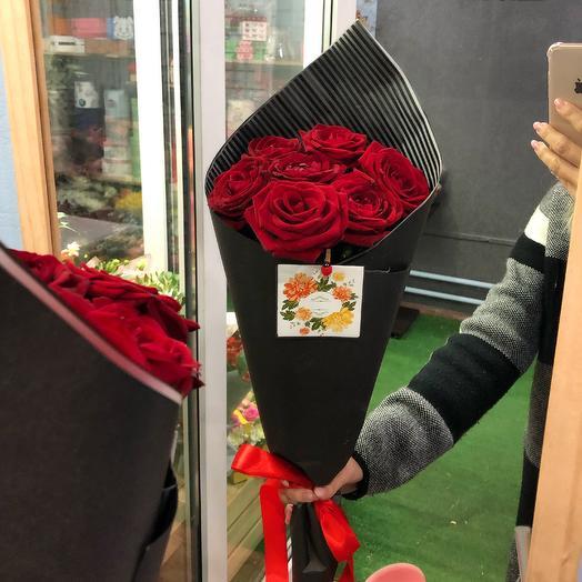 7 красных роз в стильной упаковке