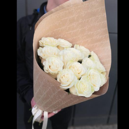 15 белых роз в крафт бумаге: букеты цветов на заказ Flowwow