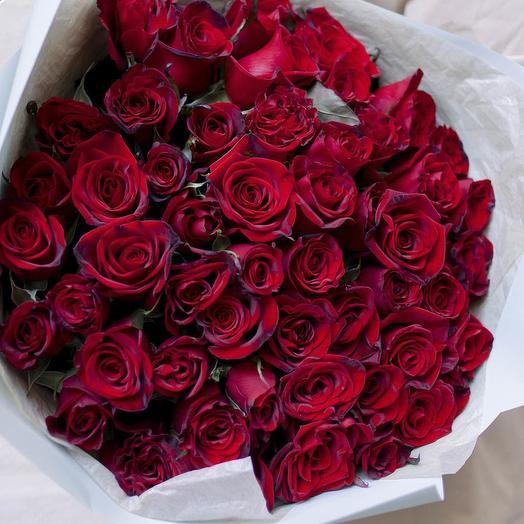 Букет из 51 красной с темной каймой розы (Россия) 50 см