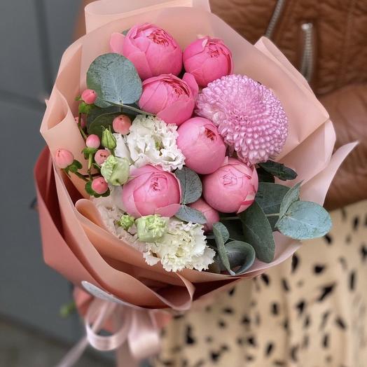 Букет из пионовидной розы, гиперикума, эустомы и шарика хризантемы Джелато