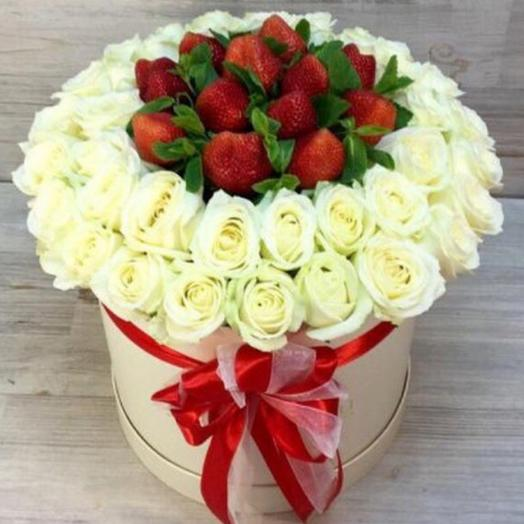 Цветы и клубничка в коробке