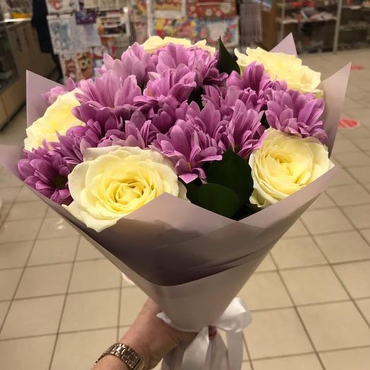 Розы с хризантемой
