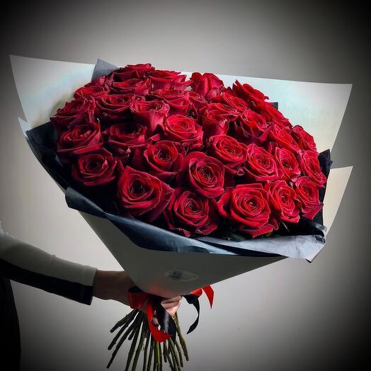 35 шикарных красных роз