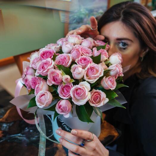 Композиция из нежно-розовых кустовых роз