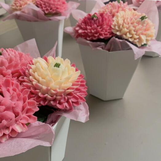 Sweet mini bouquet of chrysanthemum cupcakes