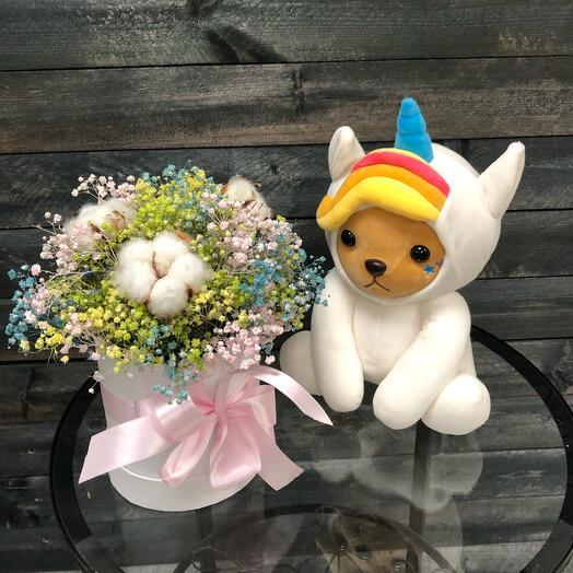 Мишка в костюме единорога с радужными сухоцветами