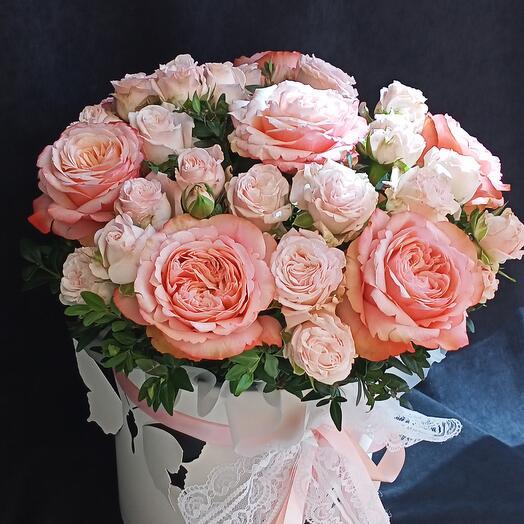 Композиция из роз Кахала и кустовых роз в шляпной коробке