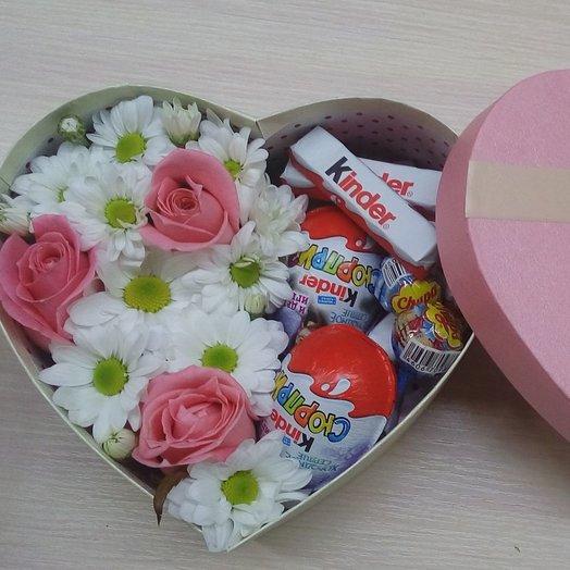 Сердечко с цветами и конфетами: букеты цветов на заказ Flowwow