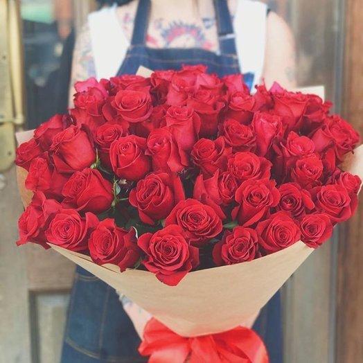 51 красная роза 60 см в крафте: букеты цветов на заказ Flowwow