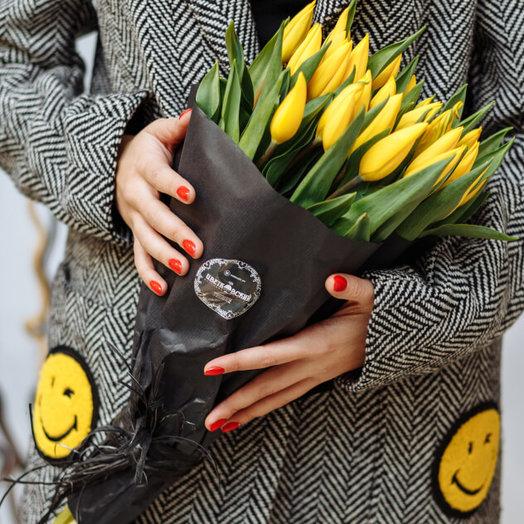 """Букет """"15 желтых тюльпанов в черном"""""""