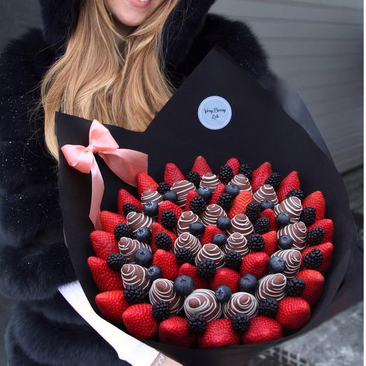 Букет из клубники в бельгийском шоколаде с голубикой и ежевикой: букеты цветов на заказ Flowwow