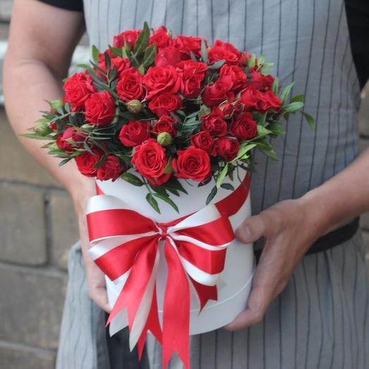 Красная кустовая роза в коробке: букеты цветов на заказ Flowwow