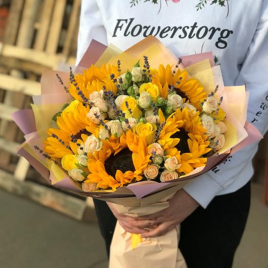 Букет с подсолнухами и кустовыми розами.N519: букеты цветов на заказ Flowwow