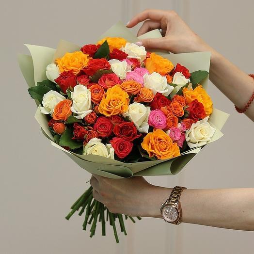 Микс из кустовых и стандартных роз в матовой пленке