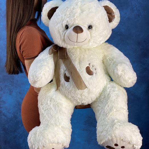 Медведь белого цвета с коричневыми деталями