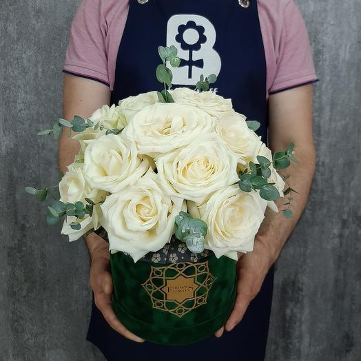 Белые розы в бархатной коробке: букеты цветов на заказ Flowwow