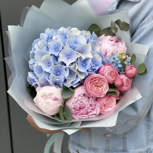 Букет из пионов, гортензии и пионовидной розы Муссон