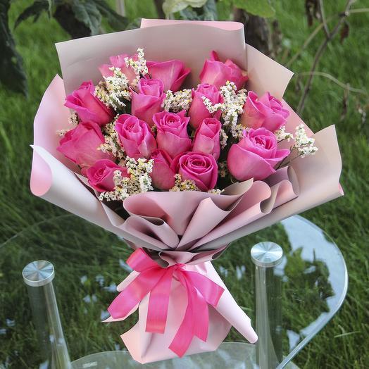 15 розовых роз с лимониумом в пленке