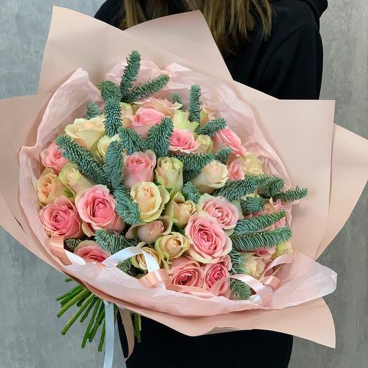 Букет из 39 роз Кения и ели (нобилиса)