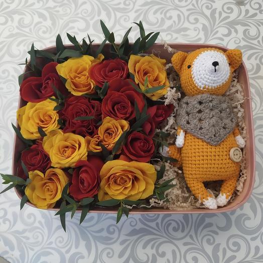 Коробка с цветами и игрушкой ручной работы