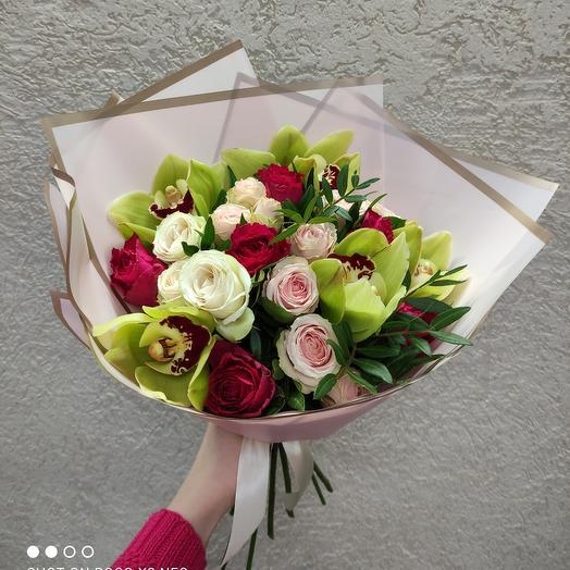 Красивый букет с орхидеями и ассорти роз