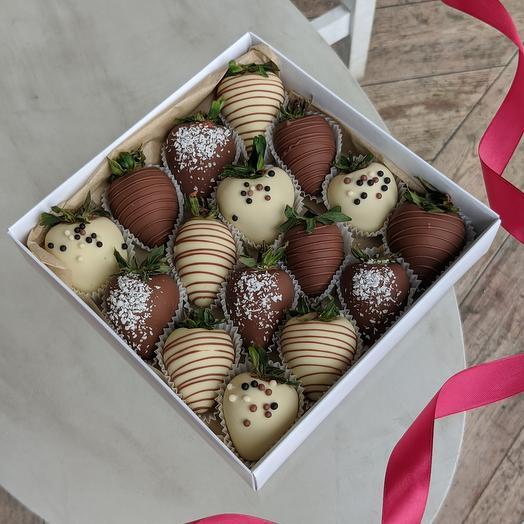 Свежая клубника в белом и молочном шоколаде 16 ягод